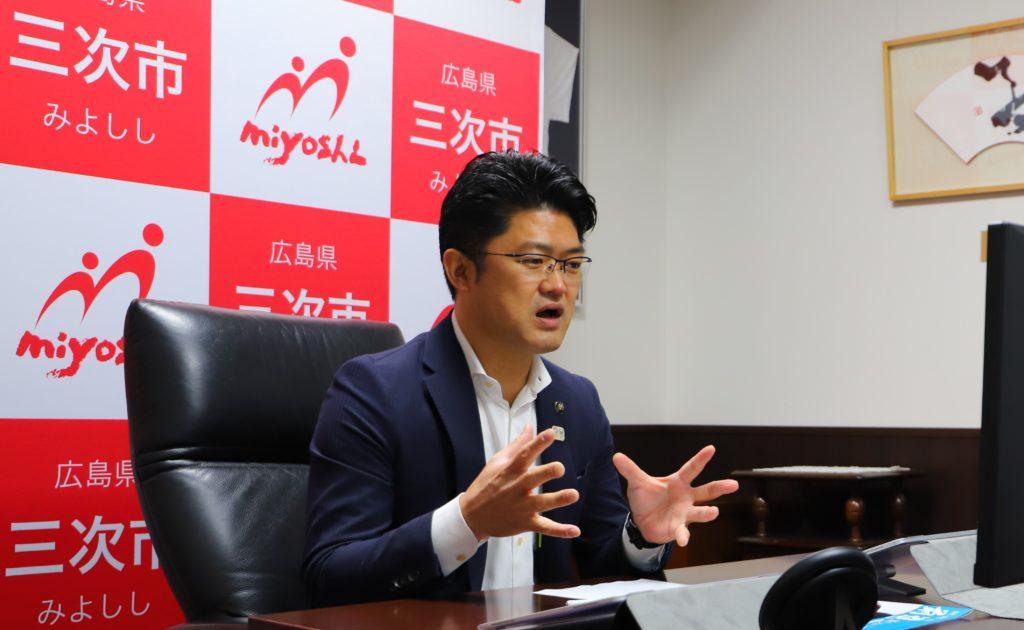 オンラインインタビューを受ける福岡市長